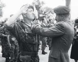 LE PEN jean-Marie le militaire, l'officier parachutiste Imagej10