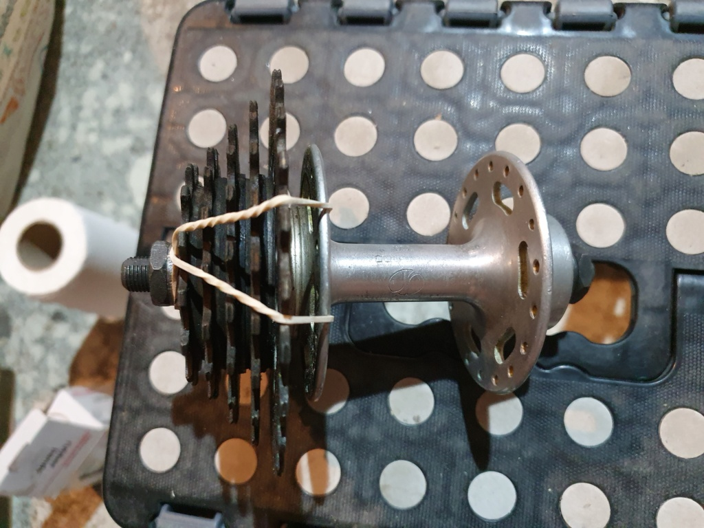 Comment démonter une roue libre vissée sur un moyeu non rayonné ? 20210610