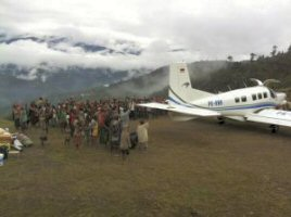 Bidden voor een veilige vlucht op zendingsveld Papoea 12_vli10