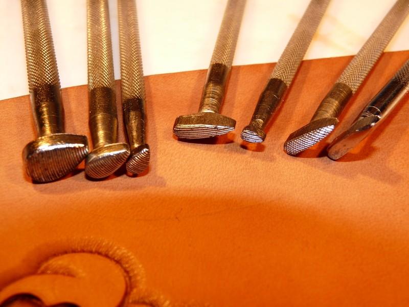 Le repoussage du cuir. P1010410