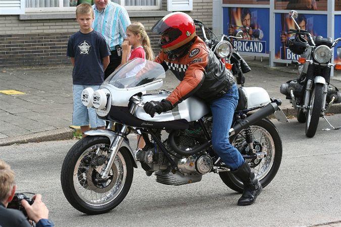 Ducati Twins à Couples Coniques : C'est ICI - Page 4 Lucmee10