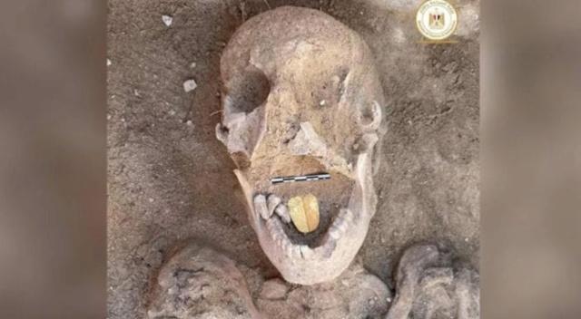 Une momie de 2 000 ans enterrée avec une langue d'or découverte en Égypte D4gqpu10