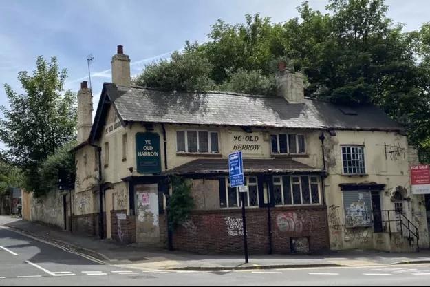Pub à vendre avec son fantôme saoul Pub-a-10