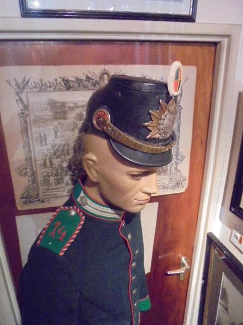 Post sur les coiffures Impériales Allemandes. - Page 25 Dsc06529