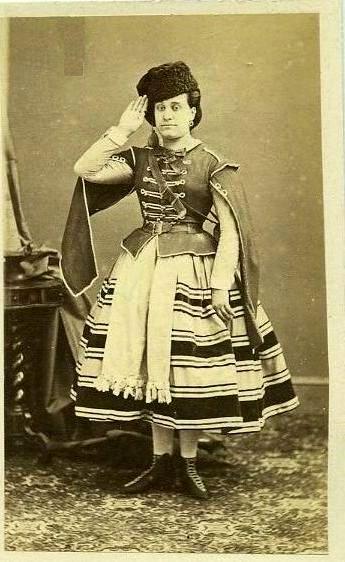 Sur un air  d'opéra ou de théâtre  Deuxième Empire? Maria_10