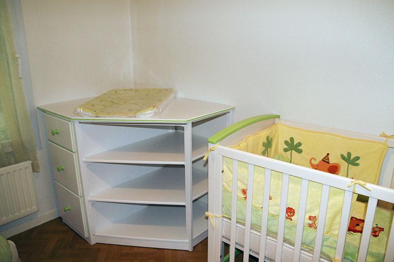 Une table à langer, bureau à Madame, supports d'enceintes biblio Img_7311