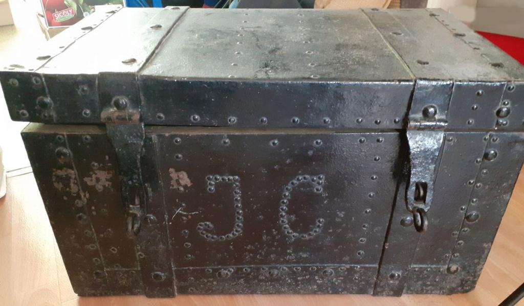 coffre en fer et bois clouté boulonné riveté (à identifier) Coffre11