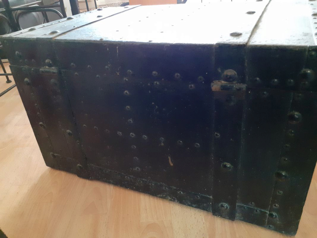 coffre en fer et bois clouté boulonné riveté (à identifier) Coffre14