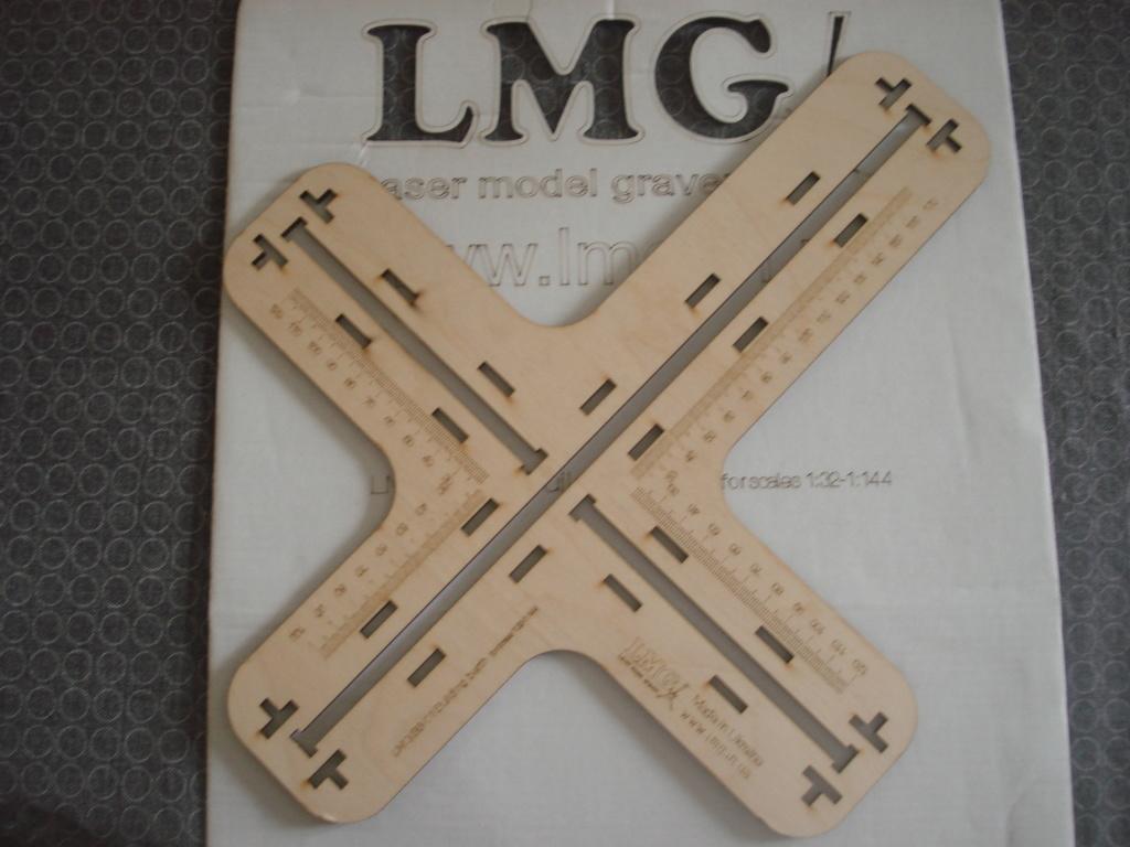 [LMG]Support de construction d'avion 1:32 - 1:144e en bois ref LMG BB-01 Dsc07641