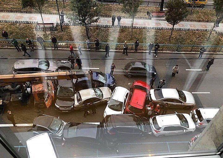 В Киеве у автокрана отказали тормоза, и он влетел в пробку из легковушек Avarij13