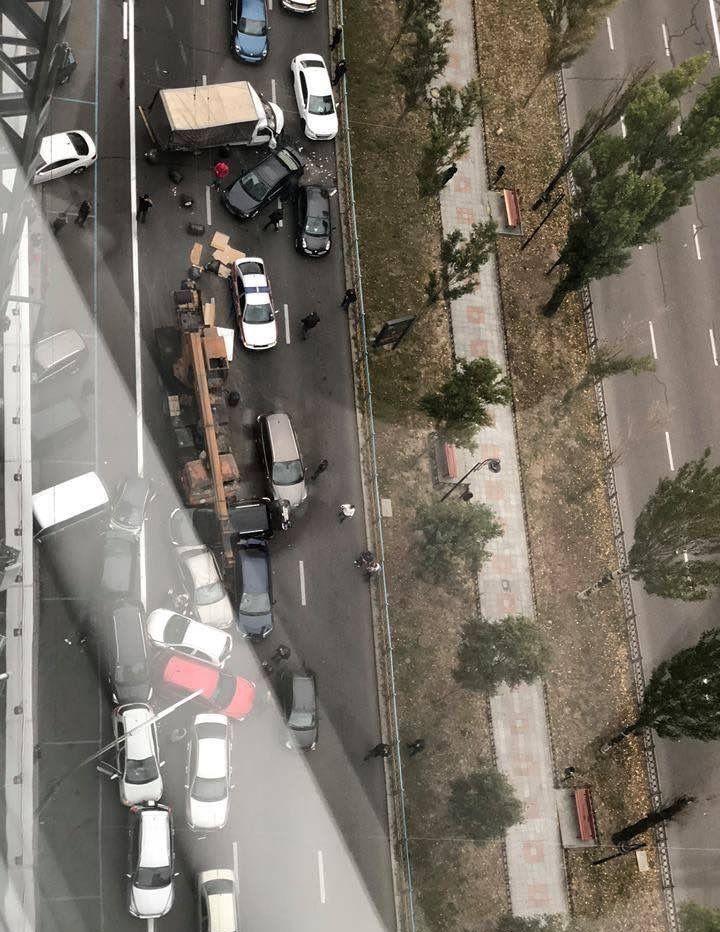 В Киеве у автокрана отказали тормоза, и он влетел в пробку из легковушек Avarij14