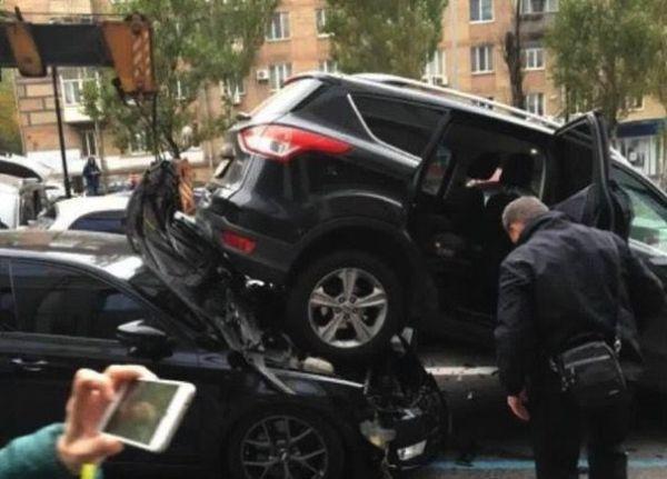 В Киеве у автокрана отказали тормоза, и он влетел в пробку из легковушек Avarij15