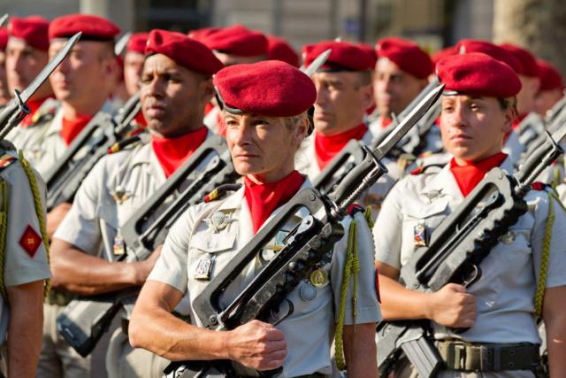 Féminisation dans les Armées Les-fe10