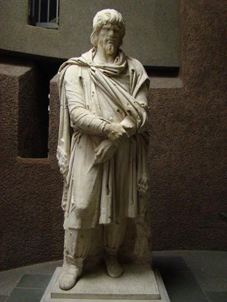 O opincă, două opinci… Statui10