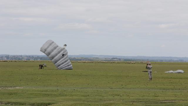 largage des 50 parachutistes des forces spéciales américaines. Un saut symbolique pour les soldats américains puisqu'ils rendaient hommage à Saint Michel, patron des parachutistes Mont_s11