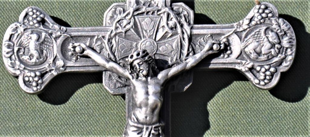 Un crucifix marqué argent.   Dsc_0530