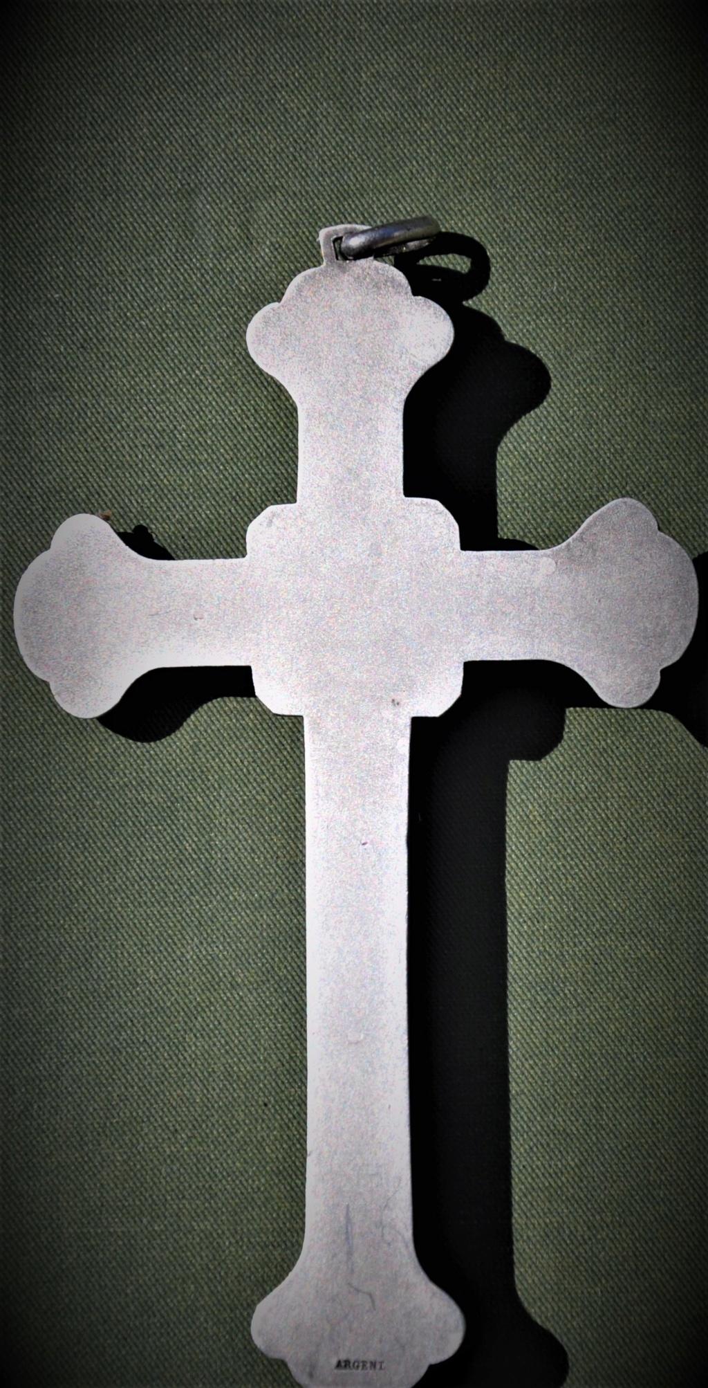 Un crucifix marqué argent.   Dsc_0534