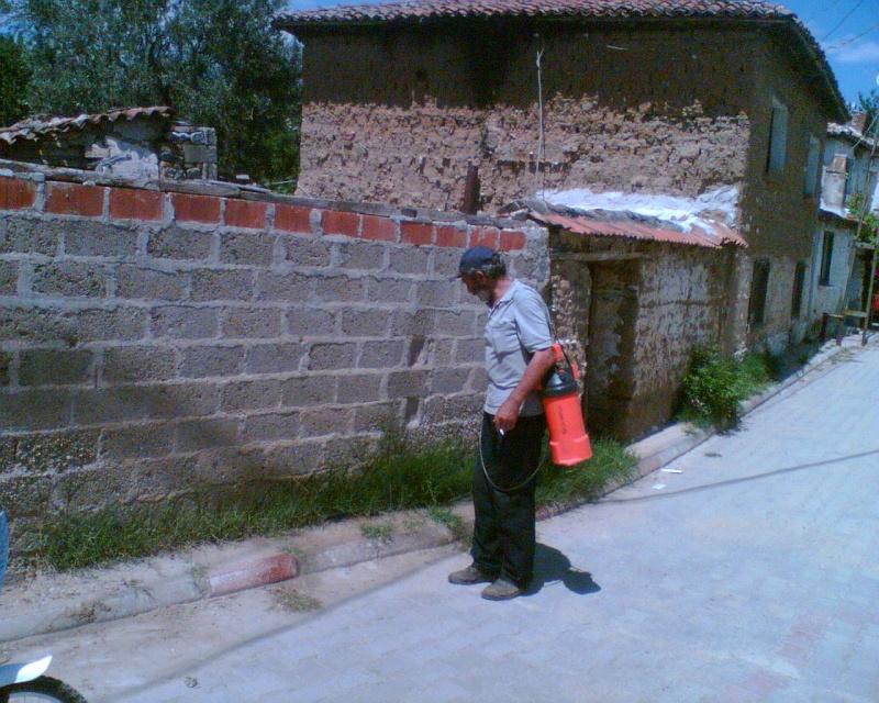 Çamlıbel Köyü Kaldırımları ve Yol Kenarları İlaçlandı Metin110