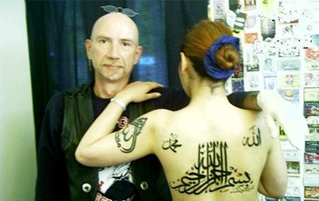 وينكم يا مسلمين؟؟!!!!صورة فتاة عارية تدنس اسم الله ورسوله .. Untitl10
