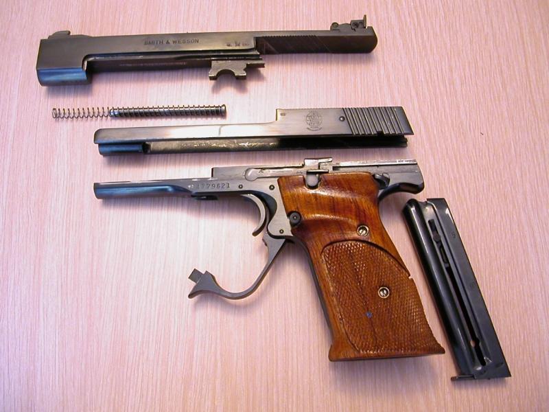 pistolet ou revolver spécifiquement gaucher? Dscn2110