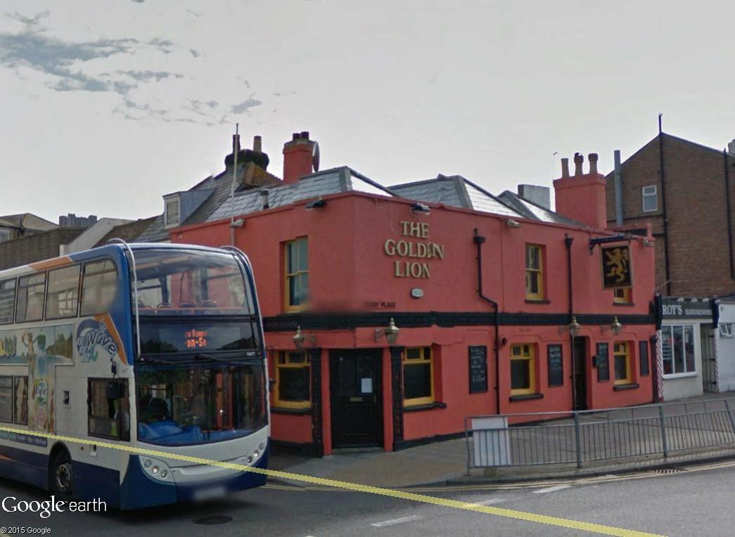 STREET VIEW : les pubs, une invitation à entrer... The_go10