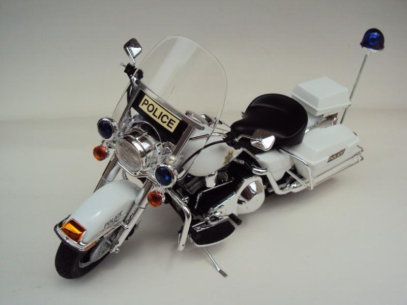 Harley Davidson Electra Glide police 1/12 Dsc09410