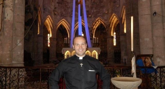 Un prêtre saute en parachute pour un orgue 20150710