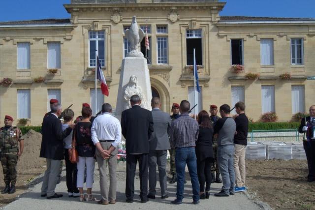 Mariette Guédon, habitante du village, l'insigne des parents des morts pour la France. Son fils, Kévin Chassaing du 8° RPIMa, a été tué par les talibans en Afghanistan le 18 août 2008, dans l'embuscade d'Uzbin Recuei10