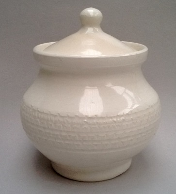 This baby reminded me of the Beach little Steenstra lidded pots. Steens11