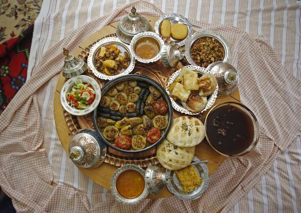 موائد شهر رمضان تتزين بالأكلات الشعبية التقليدية 55966410