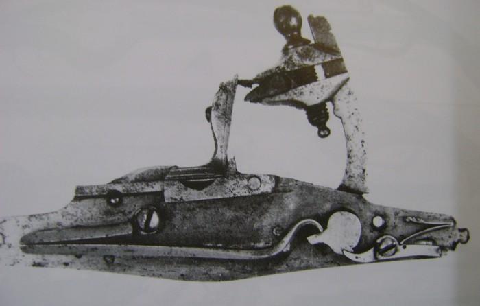 Platine silex 17 siècle (cran de sûreté et cran d'armement) Dsc00225