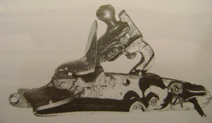 Platine silex 17 siècle (cran de sûreté et cran d'armement) Dsc00227