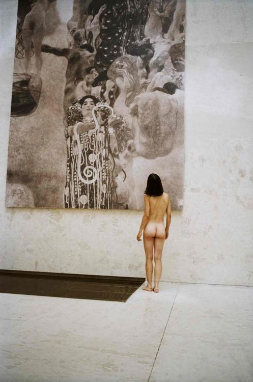 Robert Schwarz  : nu, visitant une exposition  Schwar11