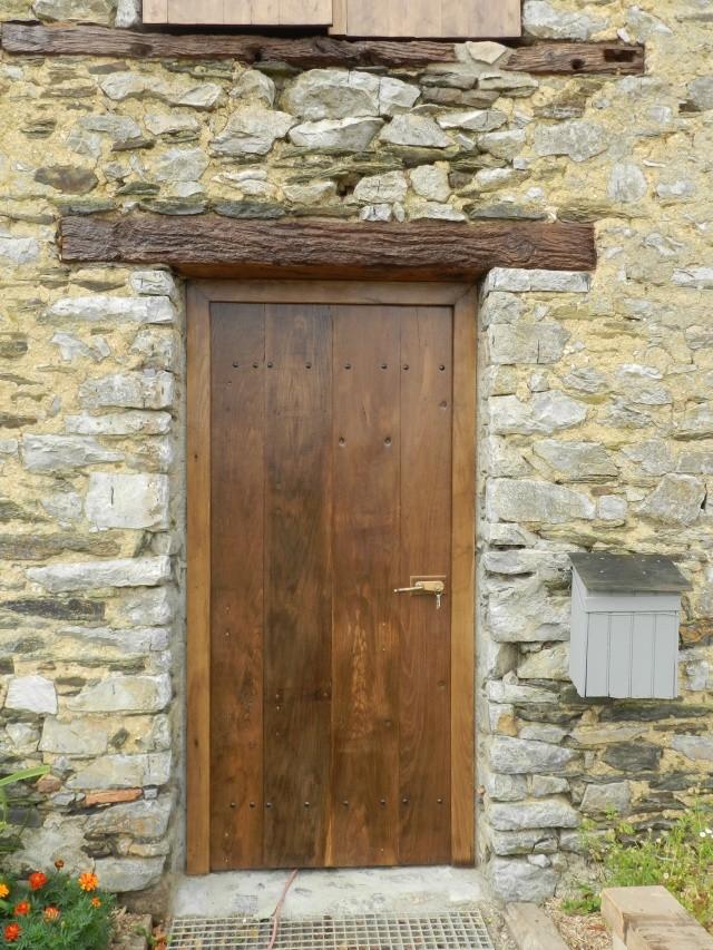 Réfection de la porte de l'ancienne étable devenue menuiserie Vauvyr63