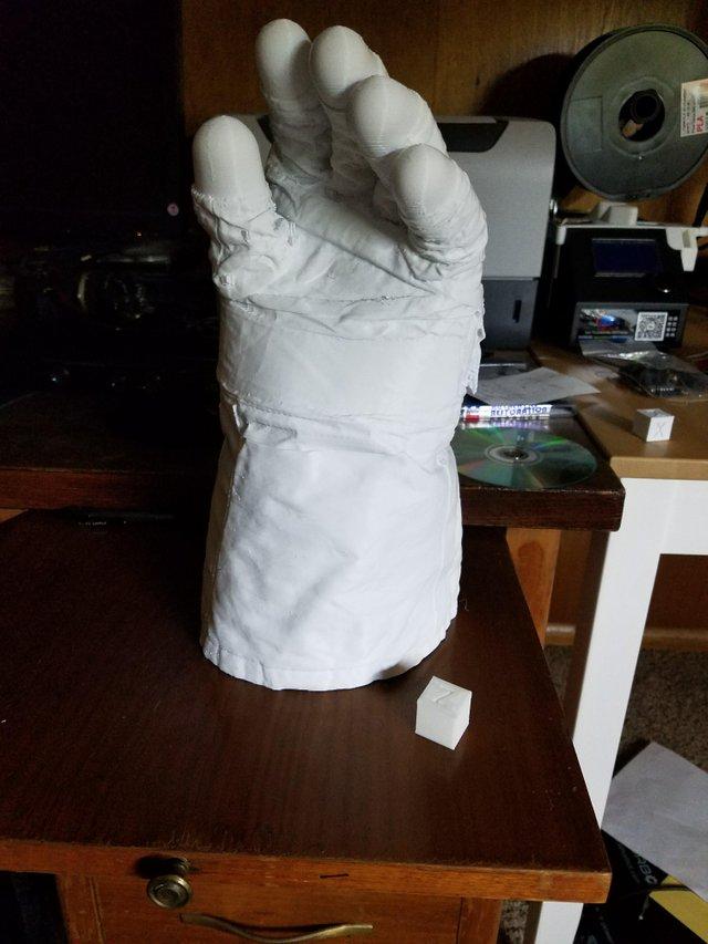 Le gant gauche de Neil Armstrong en taille réelle en impression 3d Gantne10