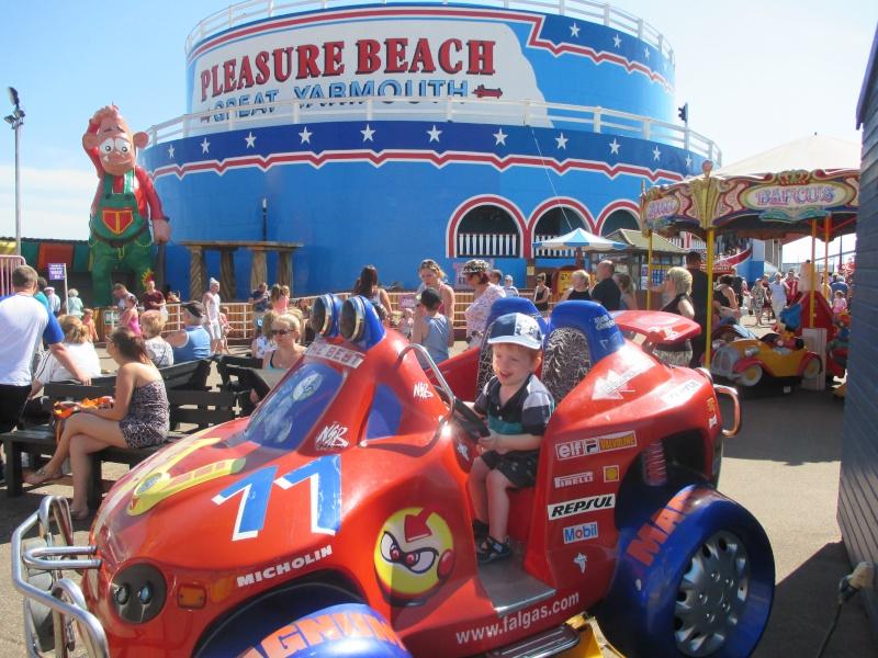 Pleasure Beach & Joyland Fun Fairs Gt. Yarmouth. 09810