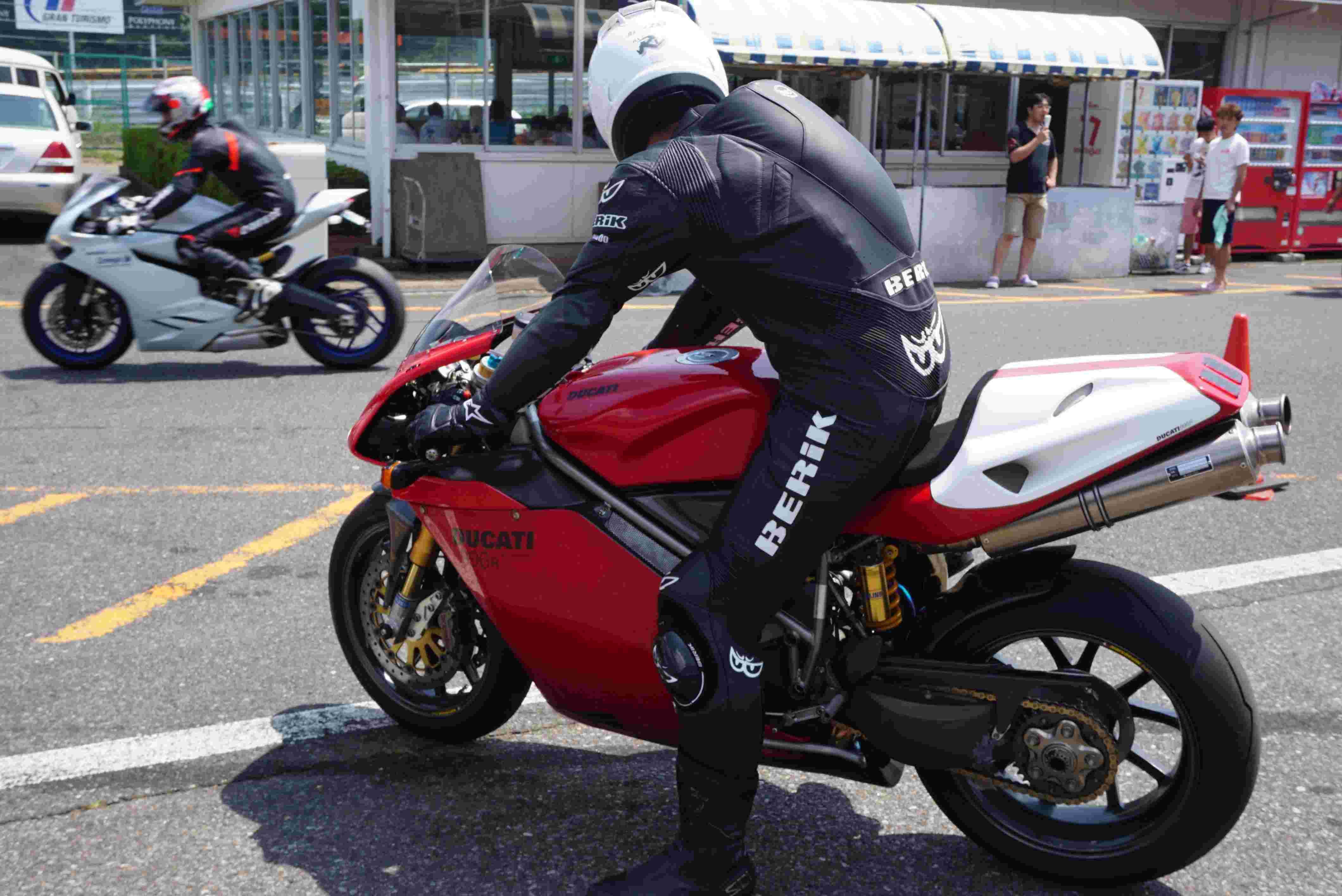Superbike Ducati 916, 996, 998 et 748 - Page 7 Dsc00710