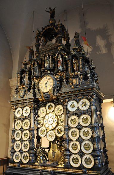Reçu un beau diapo....Les horloges et pendules des rues..... Horl_b10
