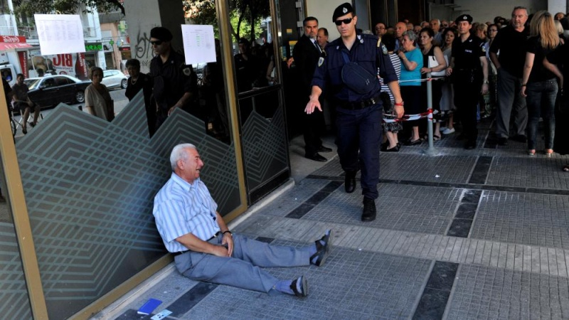 En Grèce : Un retraité s'effondre en larmes devant une banque ! 64969210