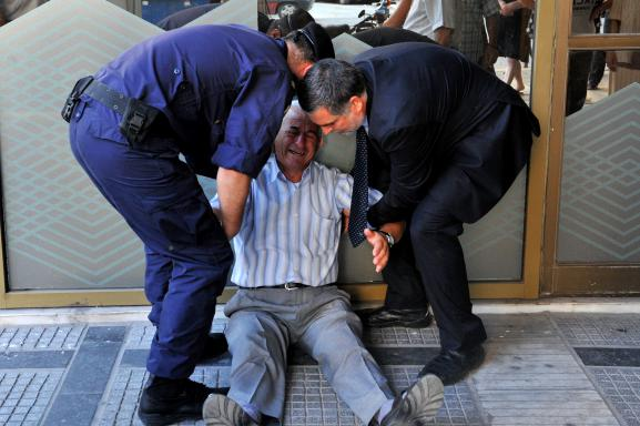 En Grèce : Un retraité s'effondre en larmes devant une banque ! 64969510