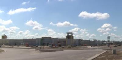 Les nouveaux centres commerciaux américains ressemblent à des prisons ! Captur11