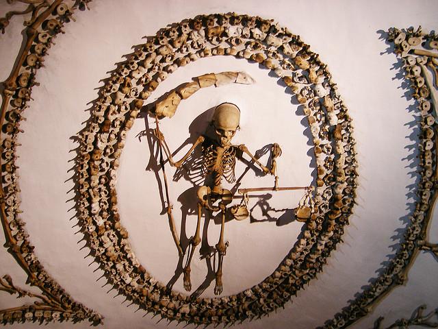 Spomenici od ljudskih kostiju 22037410