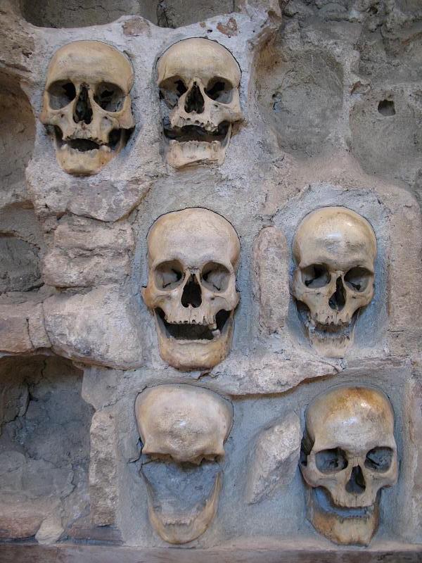 Spomenici od ljudskih kostiju Skull_10