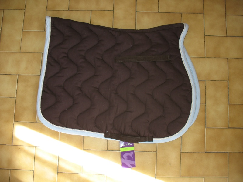 Beaucoup de matériel à vendre (tapis, sangle, couverture, protections CSO, guêtres dressage, licol étho, veste imper, ...) Img_6410