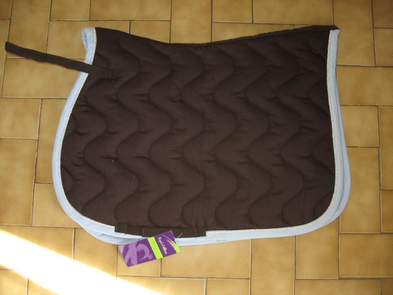 Beaucoup de matériel à vendre (tapis, sangle, couverture, protections CSO, guêtres dressage, licol étho, veste imper, ...) Img_6411