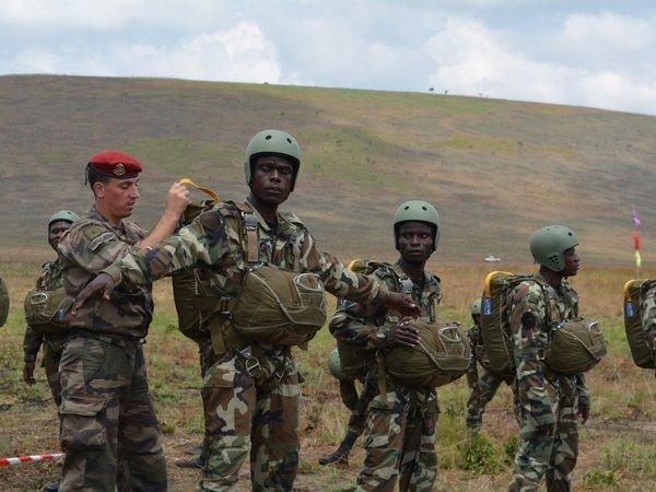 Armée du Gabon - Page 4 Gabon110