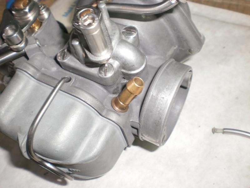 Extraction de la prise d'arrivée d'essence sur carburateur Bing 64 P2070111
