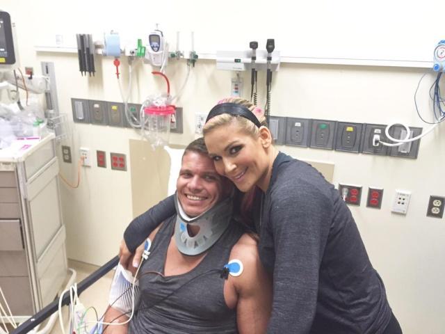 [Forme] Un lutteur WWE blessé, une tag team en péril ?  (Mis à jour) Cijmv810