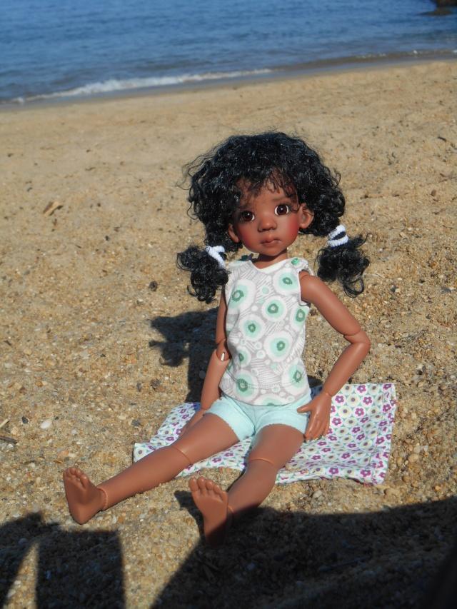 Emy en vacances , mais c'est fini ! elle est retournée en classe . Dscn1111