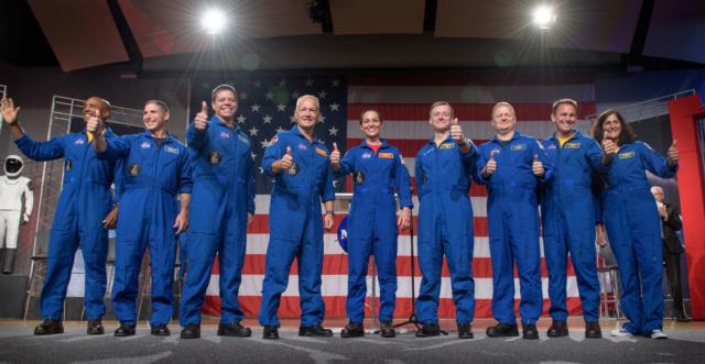 3 août 2018 : Nomination des équipages pour les premiers vols du Starliner et du Crew Dragon 29959610
